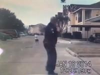巡邏遇孤單10歲男童 美國「有心警察」下車陪玩橄欖球