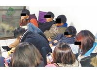 「屁孩11人」拉K被逮進警局 忙玩手機見記者還比YA