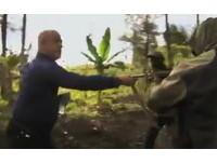 叢林拍戲遇上游擊隊 演員抓槍怒嗆「沒人能殺我」脫困