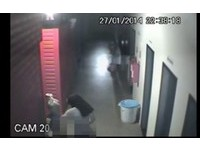 巴西怪咖闖購物中心 熱吻人體女模打手槍