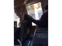 阿婆脫鞋腳抬放椅背再用窗簾遮 客運體諒:她身體不適
