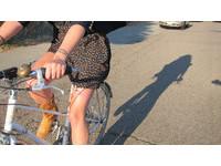 短裙女也能騎單車了!微性感吊帶夾防小褲褲走光