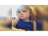 看父母婚禮影片 2歲金髮蘿莉感動地淚眼汪汪