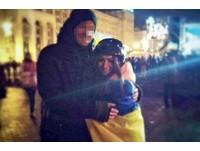 烏克蘭血腥鎮壓生真愛 帥警「跨陣營告白」戀上女憤青