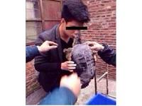 男子與鱷龜「吻別」被咬住上唇 網友譏:這人是腦殘嗎