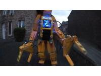 可以打異形!怪咖老爸將1歲女兒改裝成「嬰兒機器人」