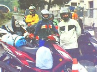 GPS害的?14香港遊客誤騎國道 警車前開心拍照