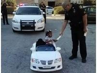 佛州2歲女童「飆」玩具車...收4美元罰單!