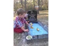 媽媽在墓前造藍沙堆 讓3歲小哥哥陪夭折弟玩車車