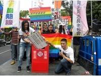 多元成家團體「街吻」 促婚姻平權速排入立院議程