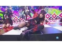 AKB48大島優子嗨過頭! 滑到鏡頭前雙腳開開露該邊