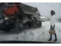 大卡車在眼前翻覆 俄長腿妹的反應…果然戰鬥民族!