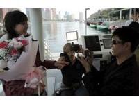 男友行蹤神秘一個月 女乘太陽能愛之船被求婚