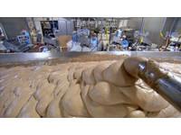 工廠傾瀉大批褐色黏稠漿糊…是我們常吃的熱狗!