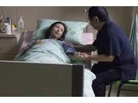 周曉涵臉色蒼白躺病床 憶車禍父親陪在旁崩潰大哭