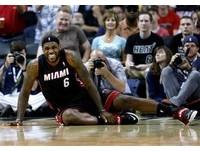 NBA/熱火最大危機! 11戰吞7敗 詹姆斯又傳腳扭傷