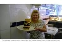 熱量高達1萬卡路里 英國超大漢堡只要一次吃完就免費