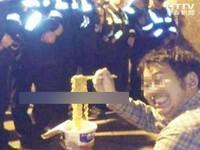 最邪惡的攻擊?搞笑「暴民」面對整排員警吃泡麵
