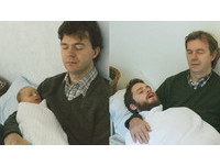 彩衣娛母!滿臉落腮鬍躺父手臂 兄弟重拍20年前舊照