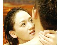 驚!陳喬恩半裸愛撫蘇有朋 男嘴微張面露「高潮臉」
