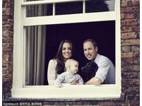 威廉王子全家福 小喬治深情看著愛犬
