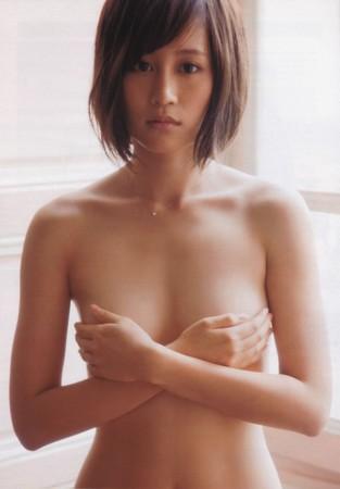前田敦子露出正面奶,力抗其他團員