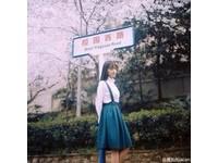 人比花嬌!武大女神黃燦燦PO文藝美照:我在想你