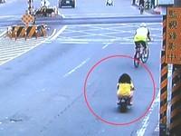 女童騎小機車上街 警:無照駕駛,監護人須承擔罰責