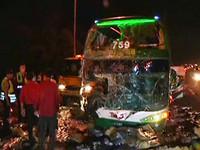 阿羅哈客運國道撞聯結車 隨車小姐滿臉血、14人傷
