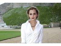 艾瑪華森玩制服誘惑 白襯衫配灰裙打造「女神學生風」