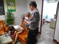 年輕爸發酒瘋媽猛吐 1歲男嬰警察叔叔幫忙顧