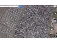 資本主義下的悲歌 大量新車等待死亡成為地球負擔