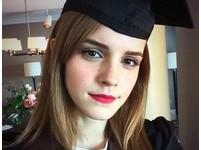 「妙麗」大學畢業!艾瑪華森美麗紅唇配學士服美翻