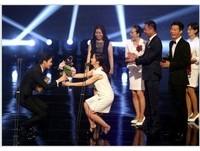 陶晶瑩南韓頒獎太興奮 跪地獻花金秀賢遭轟「花痴」