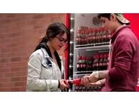 喝可樂順便交朋友 創意瓶蓋兩人合作才打得開