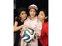 世足賽明星也瘋狂 Dream Girls合體簽名愛心足球