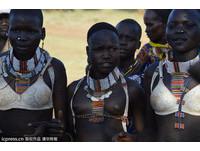 現代化衝擊南蘇丹 原始部落半裸女穿胸罩