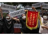 深圳垃圾場太臭 居民製「史上最臭垃圾場」錦旗送官員