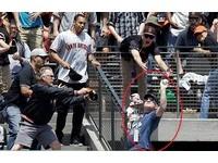 MLB/全美最強老爸 抱小孩徒手接161公里全壘打球