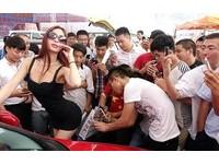 光明正大偷拍? 鄭州車展男群眾爭相捕捉車模裙底風光