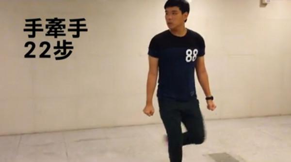 ▲萧志玮最新搞笑短片,顶尖对决之走路篇!(图/翻摄自youtube)