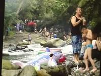 玩命跳大豹溪被阻 吊嘎男飆罵消防員:管那麼多幹嘛!