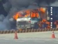 濃煙直竄突「轟」爆炸 高雄火燒車噴出輪胎火球