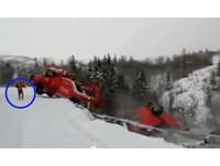【影】挪威拖車打滑摔落懸崖 駕駛千鈞一髮跳車逃離