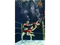 美女水中拳擊 慢動作展現力與美