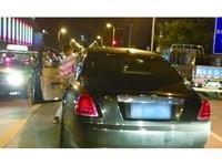安徽勞斯萊斯挨撞 司機安慰女駕駛:最多萬把塊錢