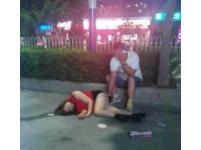 紅背心女爛醉倒地 男子邊說電話邊脫下她內褲