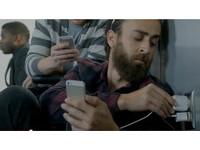 酸蘋果電池續航力 三星再推廣告消遣果粉當「抱牆族」