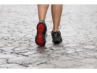 跟著腳型挑鞋子 弓形足選彈性厚底、八字腳别穿軟底!