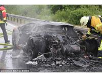 藍寶堅尼在德國高速公路燒燬焦黑 駕駛和乘客無傷離開